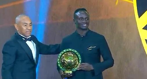 ساديو ماني يتسلم الجائزة من رئيس الاتحاد الأفريقي